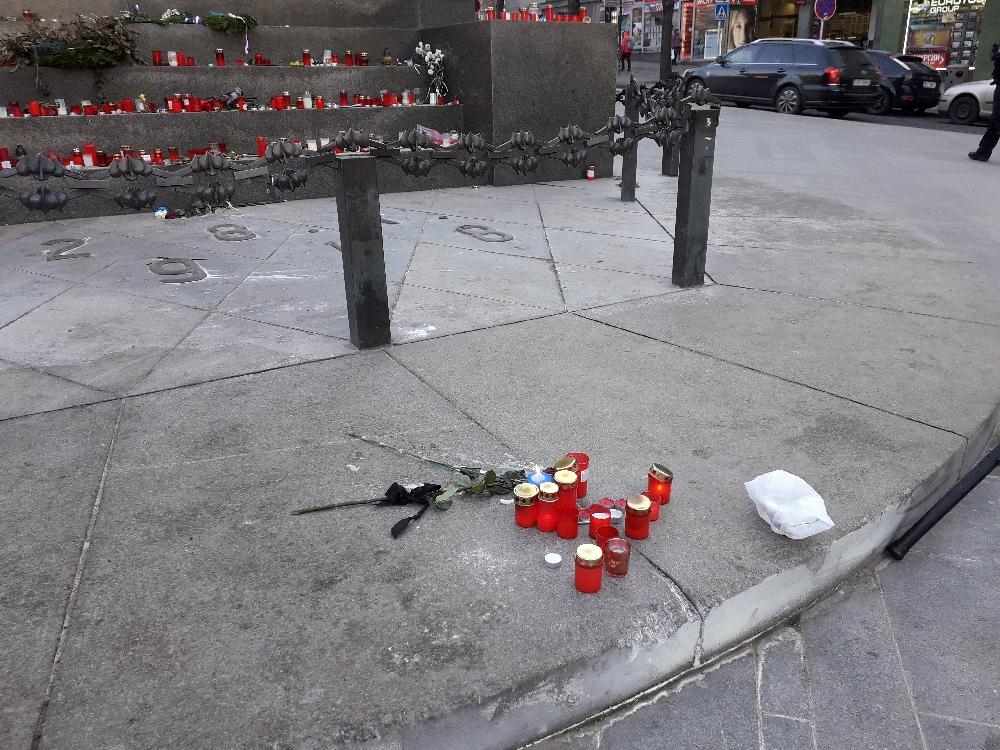 An dem Ort des Geschehens legten Menschen Kerzen und Blumen nieder. Im Hintergrund die Kerzen für Jan Palach.