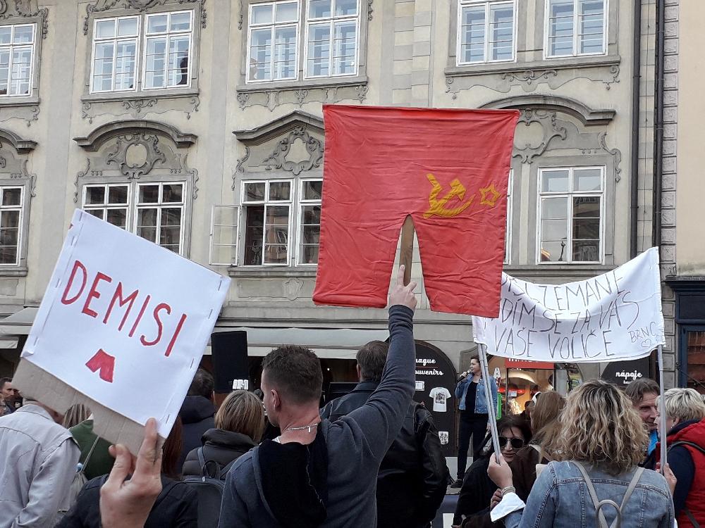 Ein Grüppchen von ca. 100 - 150 Leuten traf sich zeitweise am Malostranské nám., um gegen den Premierminister zu demonstrieren.