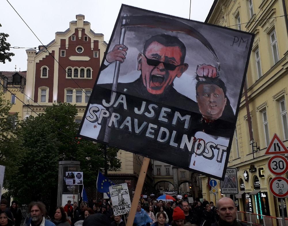 """Andrej Babiš als Sensenmann. """"Ich bin die Gerechtigkeit"""" steht auf dem Plakat."""