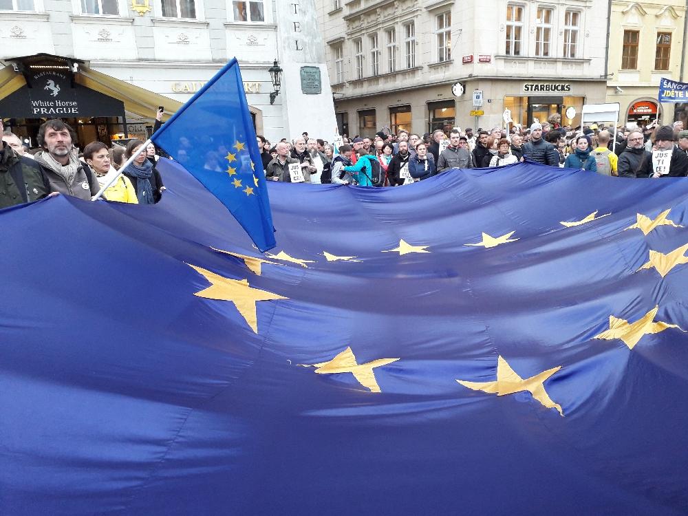 Die Demonstranten sind für einen Verbleib in der EU und zeigen dies mit übergroßen EU-Fahnen.