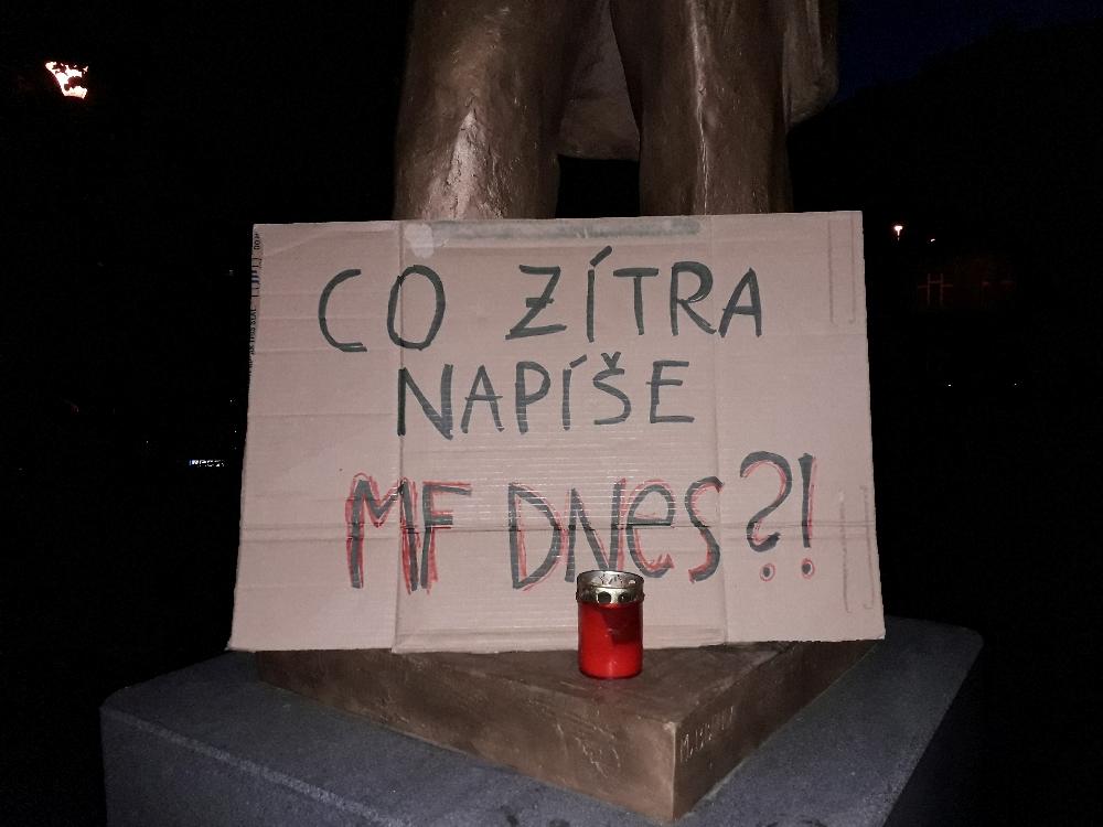 """Bis in die tiefe Nacht liefen durch Prag die Demonstranten mit ihren Plakaten. """"Was werdet ihr morgen schreiben MF Dnes?!"""""""