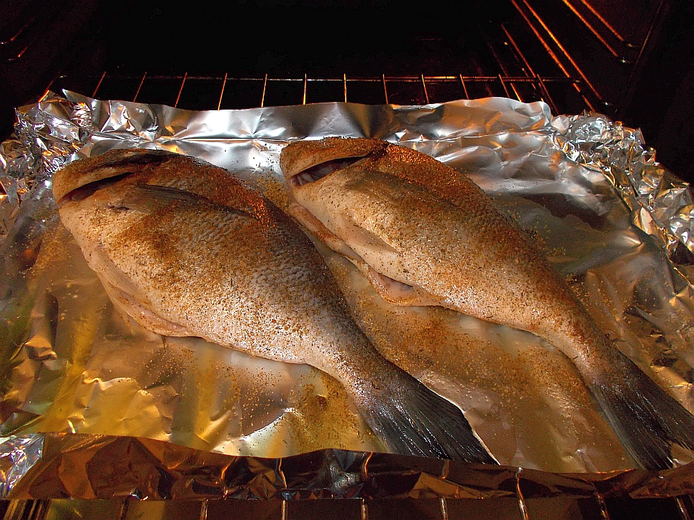 Die Dorade wie bereits im ersten Blog beschrieben würzen und ca. 20 Minuten im Ofen garen lassen.