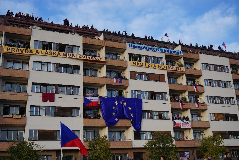 Einige der Wohnungsinhaber dieses Hauses luden die Demonstranten auf ihre Balkone ein. Foto: K. Kountouroyanis