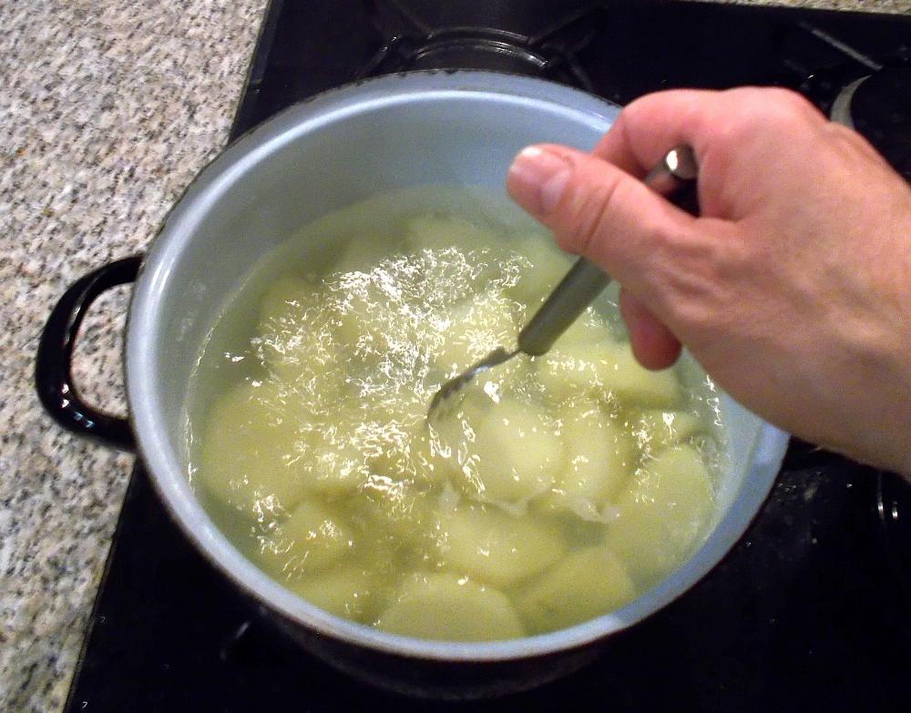 Mit einem Gasherd sind die Kartoffeln in ca. 25 Minuten gar. Der Rosenkohl ungefähr zur selben Zeit.