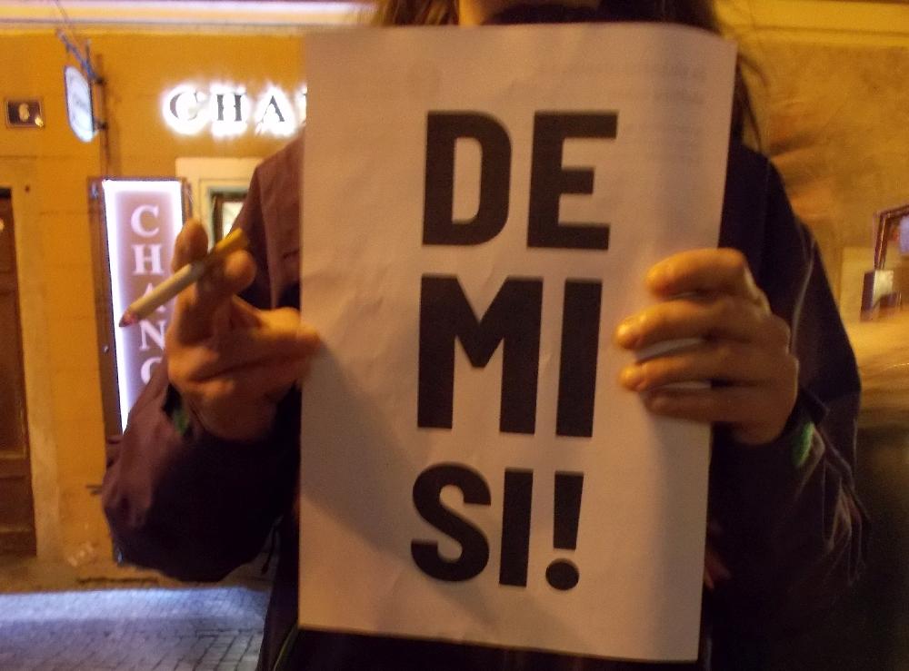 """""""Rücktritt"""" steht auf dem Plakat. Gemeint ist Andrej Mehr als 10.000 Menschen aus der Mitte der Gesellschaft demonstrierten gegen Andrej Babiš."""