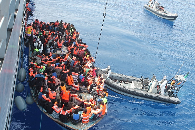 Ein irisches Marineschiff nimmt Flüchtlinge aus dem Mittelmeer auf. Foto: Irish Defence Forces