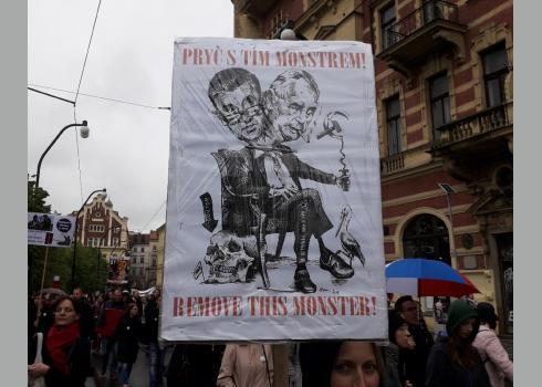 """Babiš und Zeman als politische Fehlbildung. """"Weg mit dem Monster"""" steht auf dem Plakat."""
