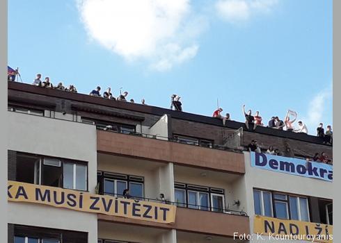 Während oben die Anti-Babis-Demonstranten noch fröhlich herunterwinkten, spielten sich im Treppenhaus dramatische Szenen ab.