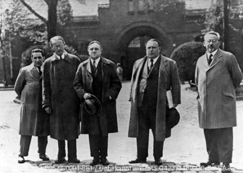 Vor der Strafanstalt in Berlin-Tegel. V.l.n.r.: Kurt Grossmann, Rudolf Olden, beide Deutsche Liga für Menschenrechte; Carl von Ossietzky, Alfred Apfel, Rechtsanwalt; Kurt Rosenfeld