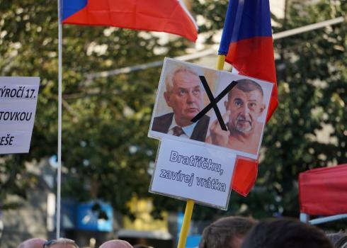 Zahlreiche Demonstranten erschienen mit Transparenten, die eindeutig gegen den amtierenden Premierminister und Ministerpräsidenten gerichtet waren. Foto: K. Kountouroyanis