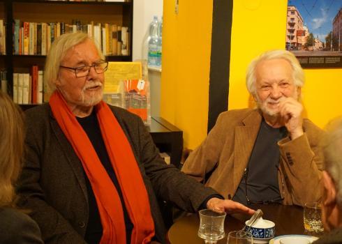 Jürgen Serke (links) im Gespräch. Foto: Konstantin Kountouroyanis