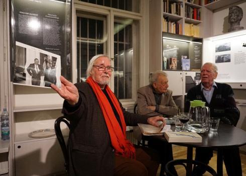 František Černý (Mitte) moderierte die Diskussion. Foto: Konstantin Kountouroyanis