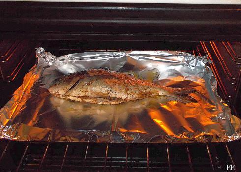 Schieben Sie den Fisch in den Ofen. 120 - 150 Grad Celcius, elektr., Ober- und Unterhitze, ca. 30 Minuten