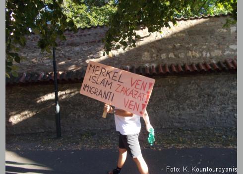 Anti-Merkel-Demonstrant und Islamgegner beim diesjährigen Merkel-Besuch in Prag