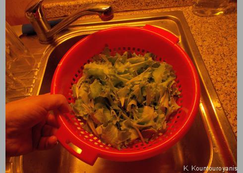 Spülen Sie den Salat am besten in einem einfachen Nudelsieb mit kaltem Wasser ab.
