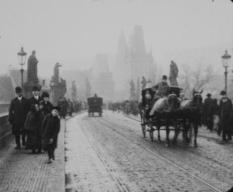 Straßenszene aus dem Film Stará Praha